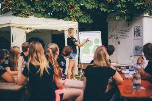 Eine Gruppe von jungen Menschen bei einer Schulung.